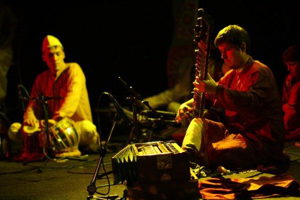 Виктор Кхан с ситаром (индийский струнный инструмент) и Константин Адасюк - табла