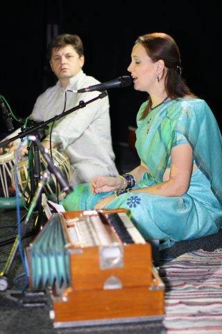 Ирина Пазиненко - вокал, Сергей Пучков - табла (индийские барабаны)
